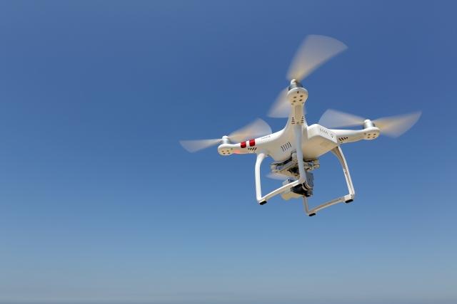 ドローン(無人航空機)とは、構造的に人が搭乗することができないもので、 自動操縦や遠隔操作による飛行ができるものです。